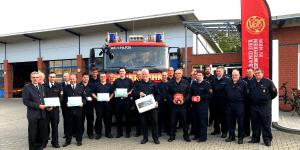 Übergabe der Brandschutzkoffer an die Gemeindevertreter durch den Koordinator für Brandschutzarbeit des VdF NRW Tristan Krieger (3. v.l.)